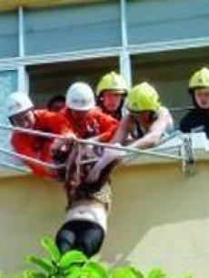 资讯《实拍消防员抱住坠楼悬挂晾衣架女子瞬间